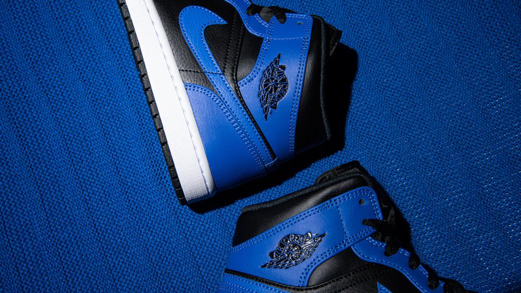 Air Jordan 1 Mid Hyper Royal: сочетание чёрного и синего