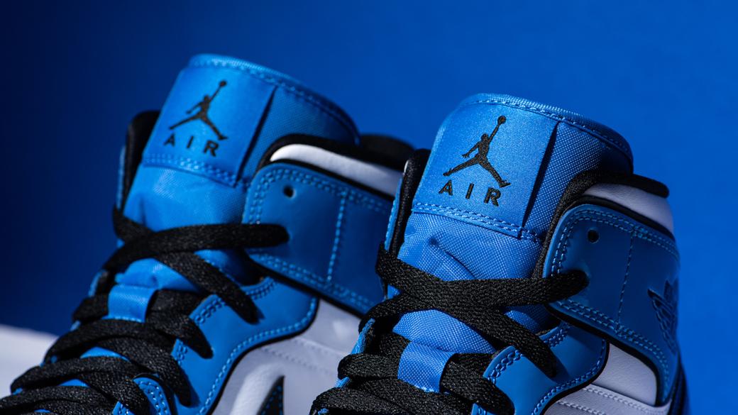 Air Jordan 1 Mid SE Signal Blue: праздничная расцветка