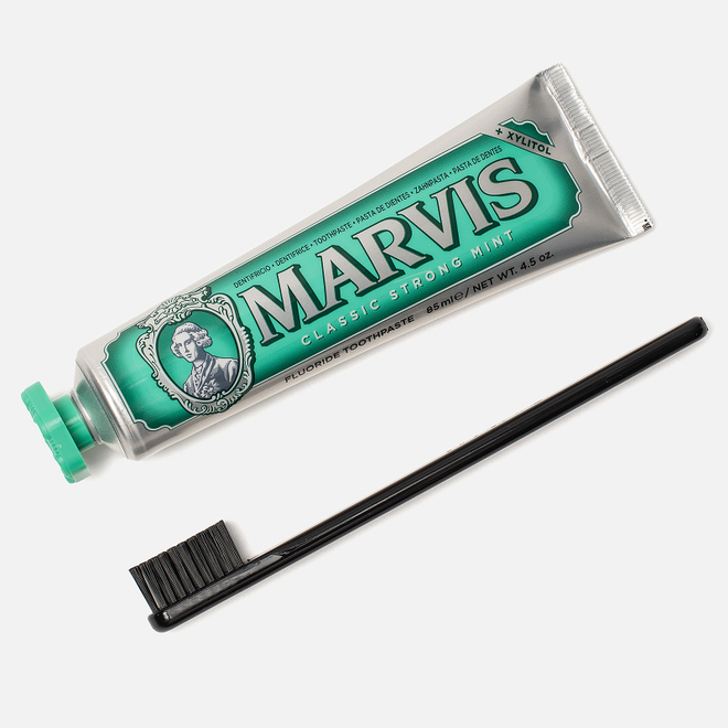 Дорожный набор Marvis Medium Nylon Toothbrush And Classic Strong Mint + XYLITOL 85ml