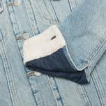 Женская джинсовая куртка Levi's Sherpa Trucker River Bank фото- 4