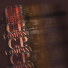 Мужская футболка C.P. Company Blurred Graphic More Logo Peppercorn фото- 2