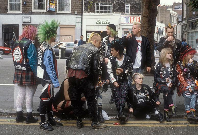 Панки на улице Лондона, 1983