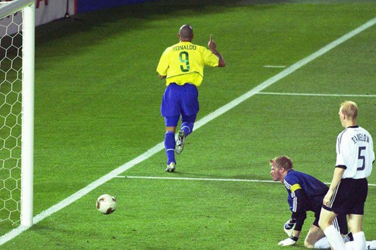 Роналдо и мяч adidas Fevernova