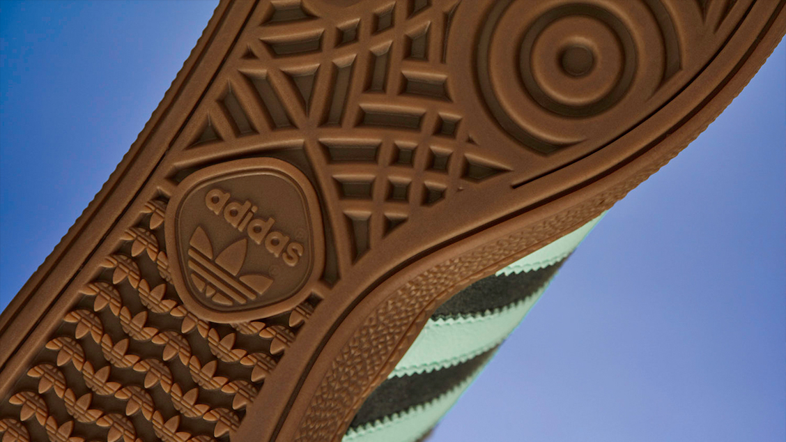 Неизменная темно-коричневая подошва — отражение наследия adidas Handball