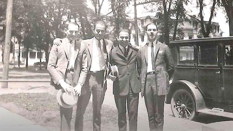 Семейство Фэйнблумов, основавшее предшественника Champion — компанию Knickerbocker Knitting Mills