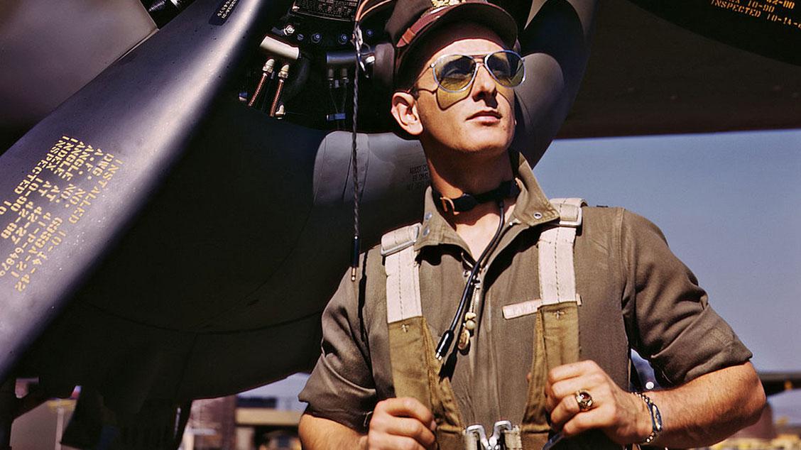 Летчик американских ВМС в очках «авиаторах» от Bausch & Lomb