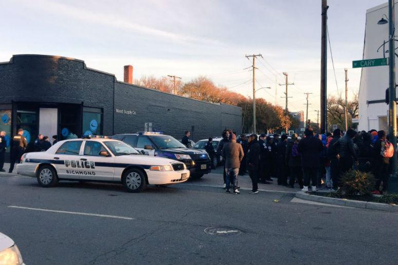 Полиция возле магазина Need Supply Co. во время первого старта продаж