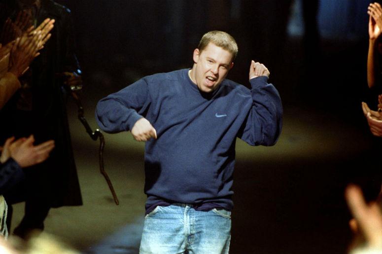 Александр Маккуин на показе в 1998 году