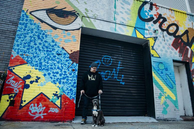 STASH на фоне бруклинской стены