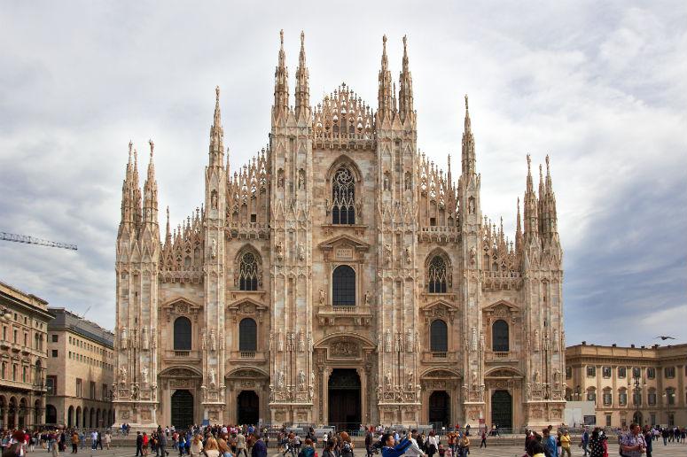 >Миланский собор — на одном из 106-метровых шпилей расположена статуя Мадонны