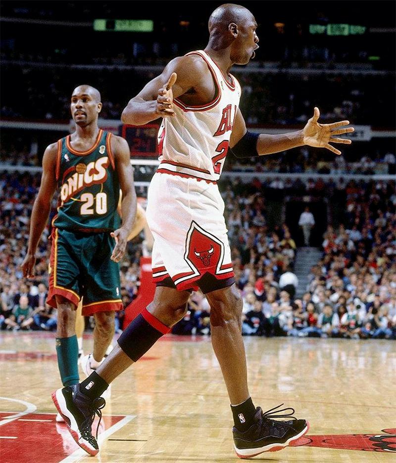 Майкл Джордан вAir Jordan11 «Bred»